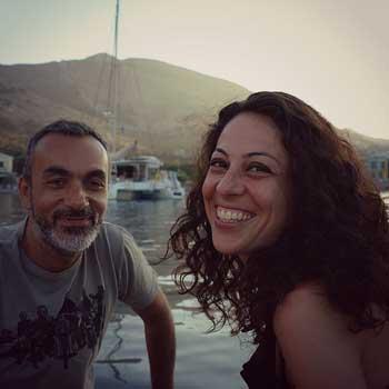 SIMONE UN MODELLO SOSTENIBILE DI VIAGGIO IN BARCA A VELA ummagumma_coppia_sorriso