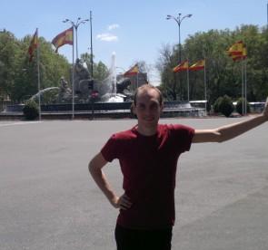 Alessandro si è trasferito a vivere a Madrid dove lavora come giornalista